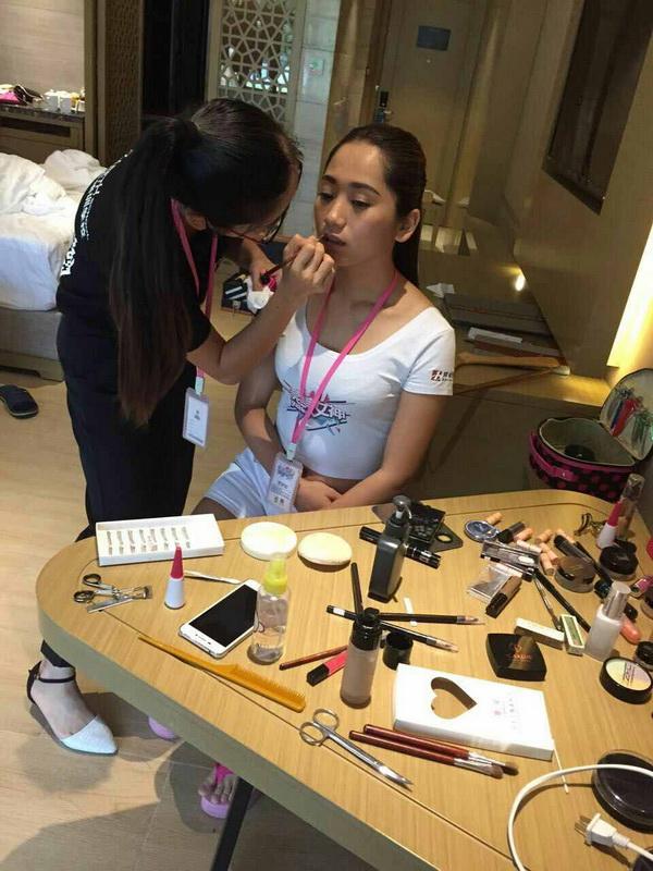 学生为参赛选手化妆