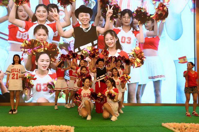 副总裁王细连女士伴着劲歌热舞