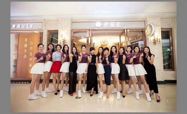 珠江形象大使与伊丽汇美容师合照