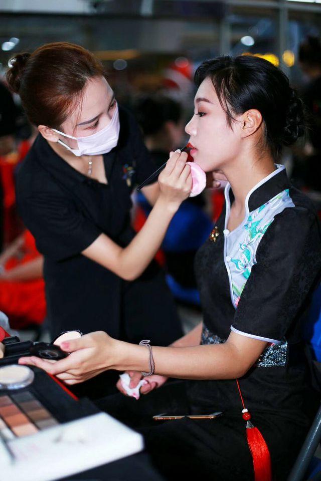 认真的化妆师近镜