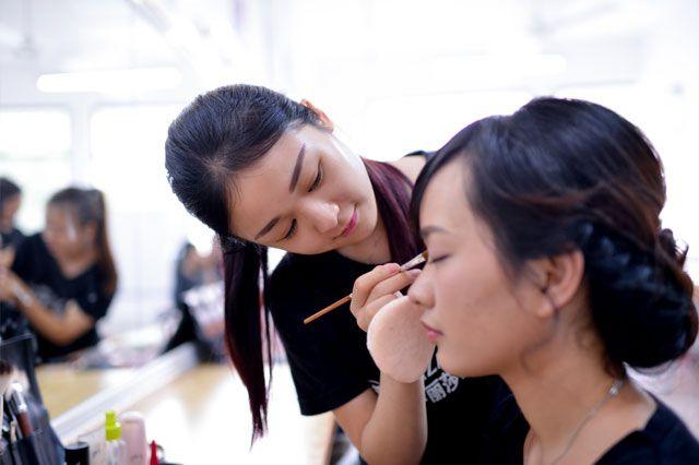 化妆造型师化妆实操中