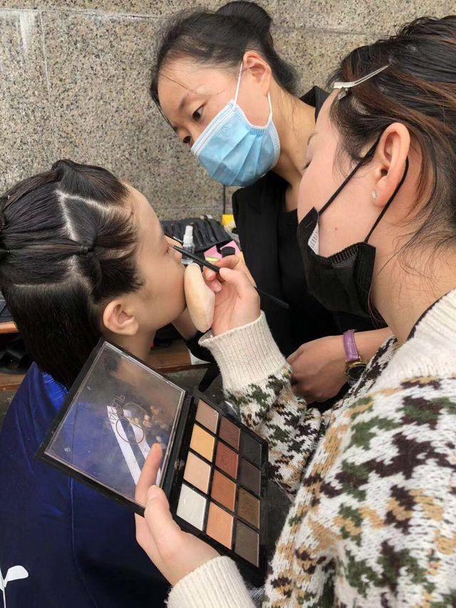化妆培训班学员工作中