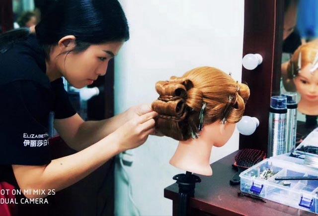 化妆学员练习盘发图片