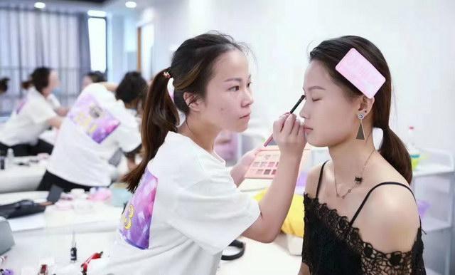 考试之化妆考核中
