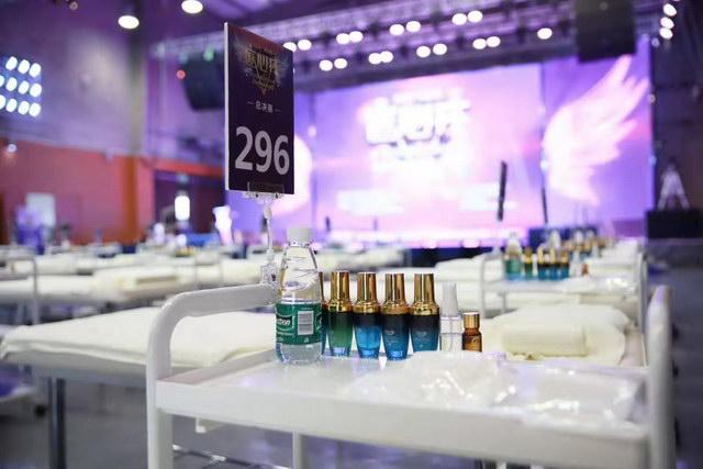 当天的现场美容产品与整齐的美容床