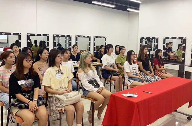 化妆学生教学课堂
